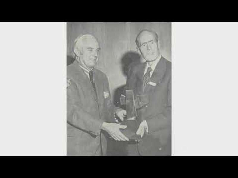 Group Captain Cheshire receives the Harding Award 1978